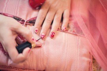 cómo hacer un esmalte de uñas casero.